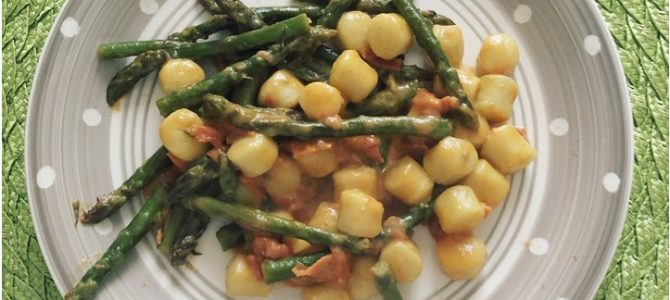Gnocchi freschi con asparagi e pomodorini