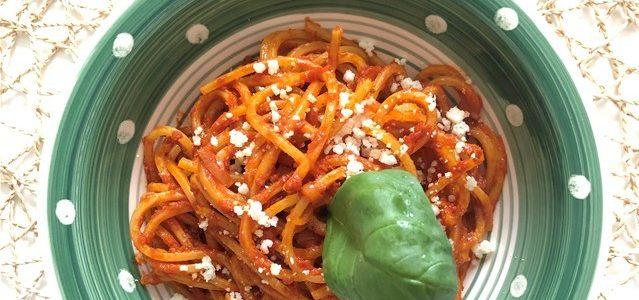 Spaghetti integrali con pancetta e pomodori datterini