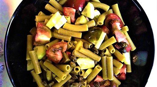 Pasta di piselli e zucchine con fantasie di verdure