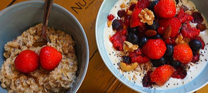Porridge con fragole e frutta secca con latte di mandorla